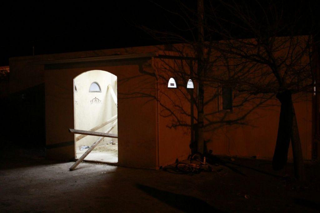 مستوطنون حصنوا مدخل الكنيس في بؤرة عامونا الاستيطانية بمحاولة لتأجيل اخلاء الموقع، 1 فبراير 2017 (Judah Ari Gross/Times of Israel)