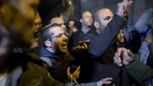 اعضاء منظمة لهافا اليمينية المتطرفة يتظاهرون امام قاعة بربور في القدس، 8 فبراير 2017 (Lior Mizrahi/Flash90)