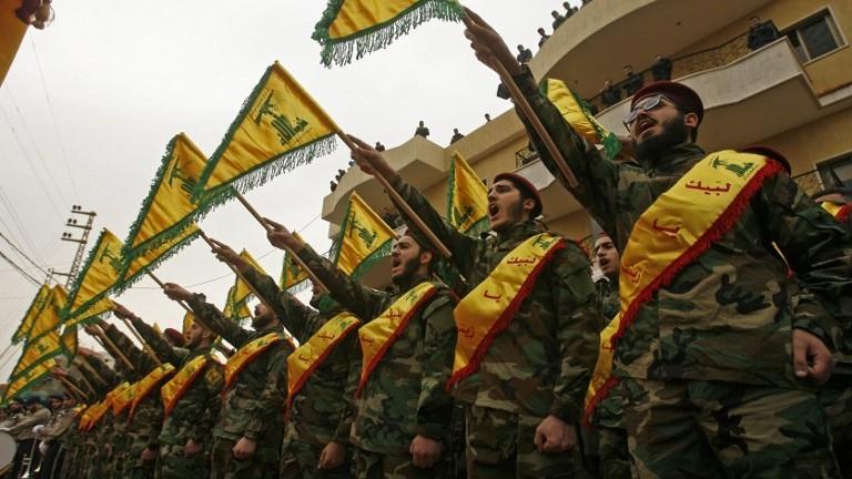 مقاتلون من منظمة حزب الله يشاركون في جنازة عنصر في المنظمة قُتل خلال المعارك في سوريا في بلدة كفر حتى الواقعة جنوبي لبنان، 18 مارس، 2017. (AFP Photo/Mahmoud Zayyat)