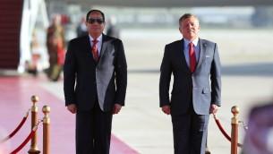 العاهل الاردني الملك عبد الله الثاني يستقبل الرئيس المصري عبد الفتاح السيسي في مطار الملكة عليا الدولي في عمان، 28 مارس 2017 (KHALIL MAZRAAWI / AFP)