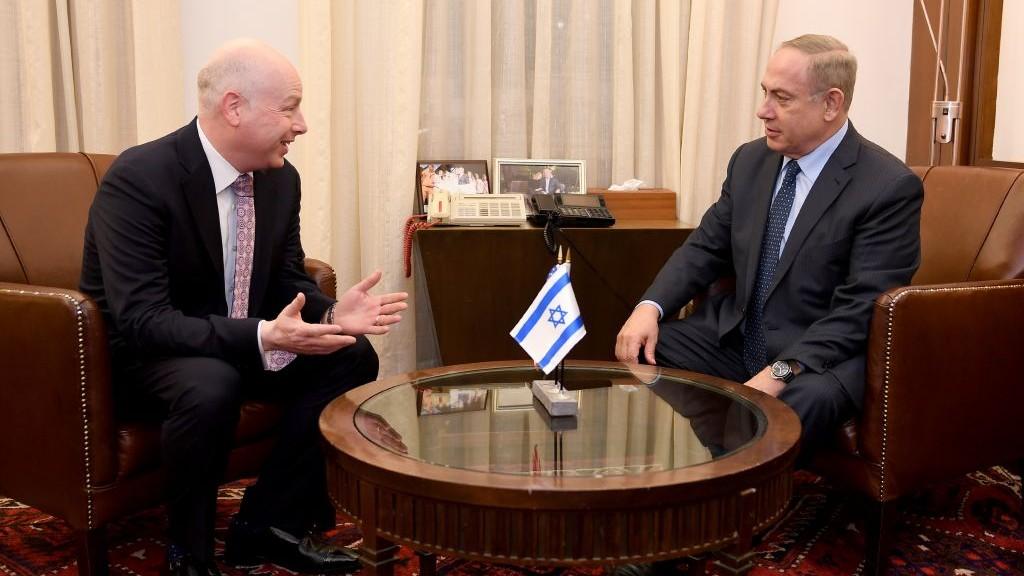 مستشار ومبعوث الرئيس الامريكي للمفاوضات الدولية، جيسون غرينبلات، يلتقي برئيس الوزراء بنيامين نتنياهو في مكتب رئيس الوزراء في القدس، 13 مارس 2017 (Matty Stern/US Embassy Tel Aviv)