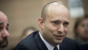 وزير المكعارف ورئيس حزب البيت اليهودي نفتالي بينيت في الكنيست، 1 فبراير 2017 (Yonatan Sindel/Flash90)