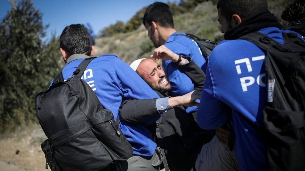 قوات الشرطة الإسرائيلية خلال عملية إخلاء بؤرة عامونا الإستيطانية غير الشرعية، 2 فبراير، 2017. (Yonatan Sindel/Flash90)