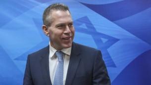 وزير الامن العام جلعاد اردان يصل جلسة الحكومة الاسبوعية في القدس، 5 مارس 2017 (Marc Israel Sellem/Pool)