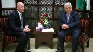 رئيس السلطة الفلسطينية محمود عباس (من اليمين) يلتقي بجيسون غرينبلات، مبعثو الرئيس الأمريكي دونالد ترامب الخاص للمحادثات الدولية، في مدينة رام الله في الضفة الغربية، 14 مارس، 2017. (Flash90)