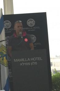 العداء الاجنبي ميليند سومان، المثثل البوليوودي، الذي سيشارك في سباق نصف الماراثون في القدس، 17 مارس 2017 (Jessica Steinberg/Times of Israel)
