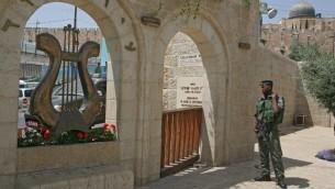 جندي اسرائيلي امام مدخل حديقة الاثار 'مدينة داود' في القدس (Matanya Tausig/Flash90)