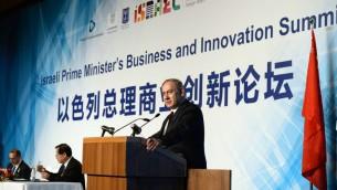 رئيس الوزراء بنيامين نتنياهو خلال مؤتمر تجاري اقتصادي في بكين، 20 مارس 2017 (Haim Zach/GPO)