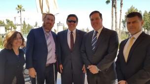 عضو الكنيست من حزب الليكود يهودا غليك، مع عضو الكونعغرس الامريكي رون ديسانتيس وطاقمهما، في القدس، 5 مارس 2017 (Courtesy)