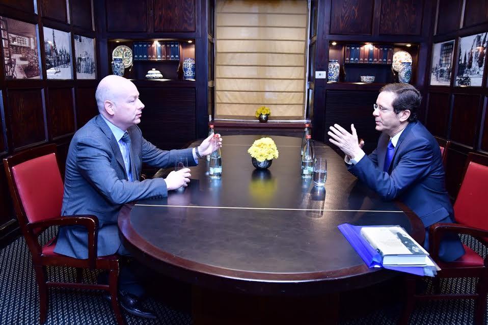 رئيس المعارضة الإسرائيلي يتسحاك هرتسوغ يلتقي مع مستشار ومبعوث الرئيس الامريكي للمفاوضات الدولية، جيسون غرينبلات، 16 مارس 2017 (Rafi Ben Hinon)