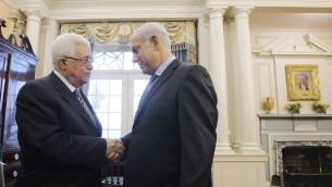 رئيس السلطة الفلسطينية محمود عباس ورئيس الوزراء بنيامين نتنياهو في مؤتمر سلام في واشنطن، 2 سبتمبر 2010 (Jason Reed-Pool/Getty Images via JTA, File)