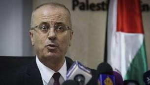 رئيس الوزراء الفلسطيني رامي الحمد الله خلال مؤتمر صحفي في رام الله، 17 يناير 2017 (Flash90)