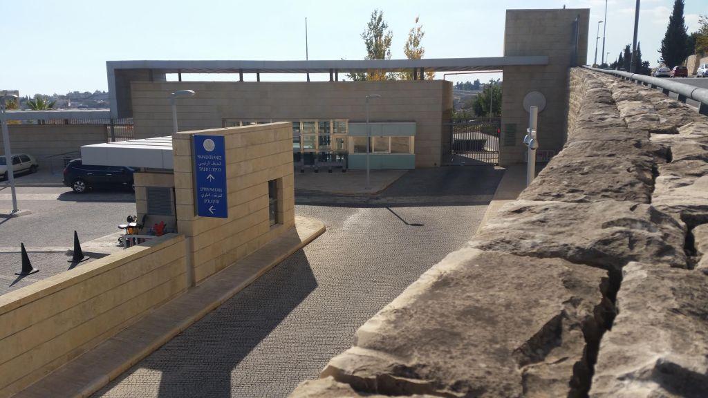 القنصلية الامريكية في حي تلبيوت (Raphael Ahren/Times of Israel)