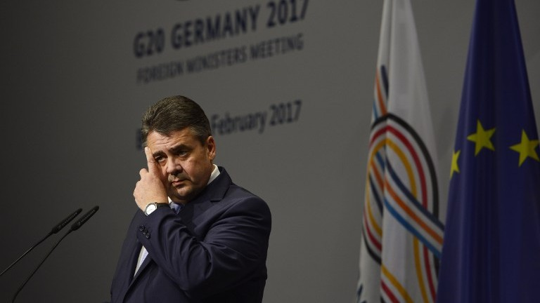 وزير الخارجية الالماني سيغمار غابرئيل يتحدث خلال اجتماع وزراء خارجية مجموعة العشرين في بون، المانيا، 16 فبراير 2017 (AFP Photo/Sascha Schuermann)