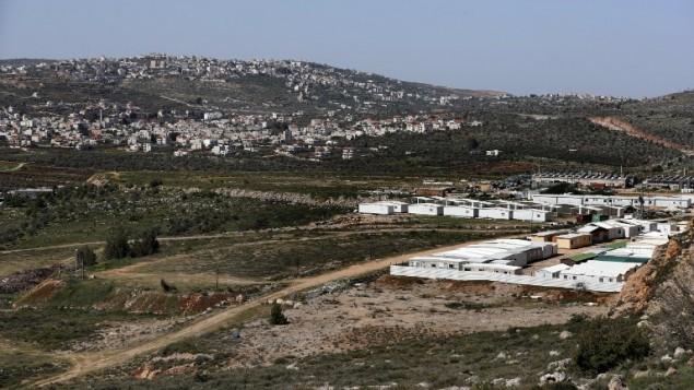 صورة تم التقاطها في 31 مارس، 2017، تظهر فيها بيوت متنلقة مفككة من بؤرة عامونا الإستيطانية تم وضها في مستوطنة شيلو. (AFP/ Thomas Coex)