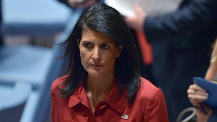 السفيرة الامريكية الى الامم المتحدة نيكي هايلي بعد جلسة في مجلس الامن الدولي حول سوريا، 7 ابريل 2017 (AFP/Jewel Samad)