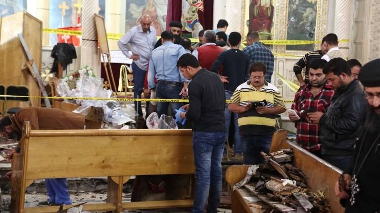 محققون من البحث الجنائي يجمعون أدلة من موقع انفجار استهدف مصلين احتشدوا للإحتفال بأحد الشعانين في كنيسة مار جرجس القبطية في مدينة طنطا المصرية، التي تبعد 12- كيلومترا عن العاصمة القاهرة، في 9 أبريل، 2017. (AFP PHOTO / STRINGER)