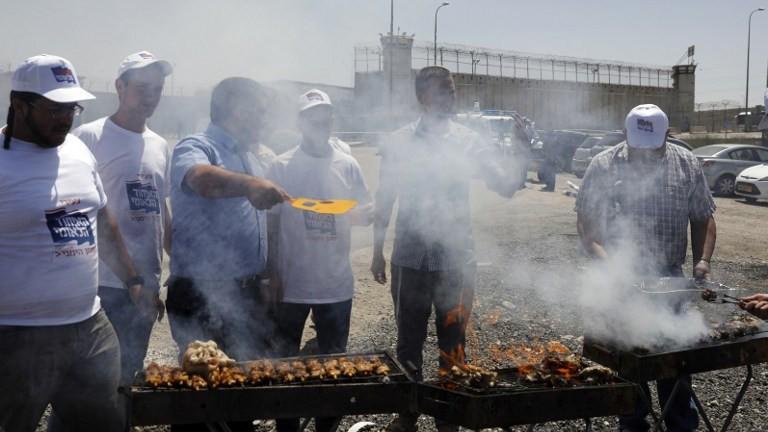 ناشطون يمينيون اسرائيليون يقيمون حفل شواء لحم امام سجن عوفر في الضفة الغربية، 20 ابريل 2017 (AFP Photo/Menahem Kahana)
