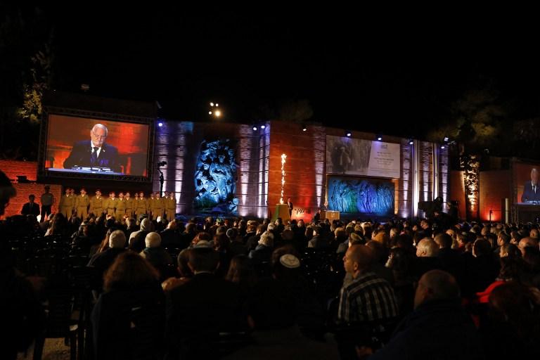 الرئيس رؤوفن ريفلين خلال خطاب في مراسيم احياء ذكرى المحرقة في متحف ياد فشيم في القدس، 23 ابريل 2017 (AFP/GALI TIBBON)