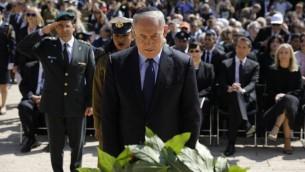رئيس الوزراء بنيامين نتنياهو يضع اكليل زهور خلال مراسيم احياء ذكرى المحرقة في ياد فاشيم في القدس، 24 ابريل 2017 (AFP Photo/Pool/Amir Cohen)