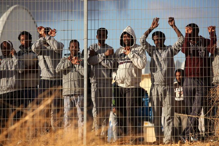 مهاجرون أفارقة يحتجون أمام منشأة الإحتجاز حولوت في فبراير 2014. (Flash90)