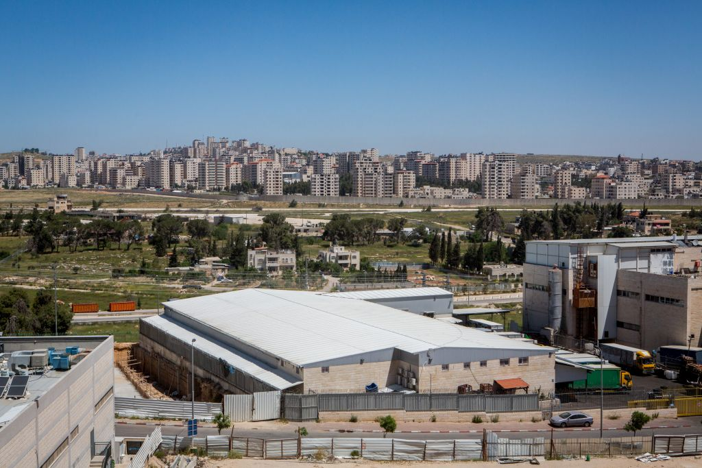 المنطقة الصناعية في عطاروت، مع كفر عقب، ضاحية رام الله، في الخلفية (Miriam Alster/Flash90)