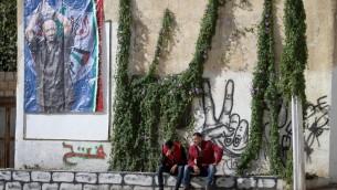 صورة مروان البرغوثي معلقة في مدينة نابلس في الضفة الغربية، 7 ديسمبر 2016 (Nasser Ishtayeh/Flash90)
