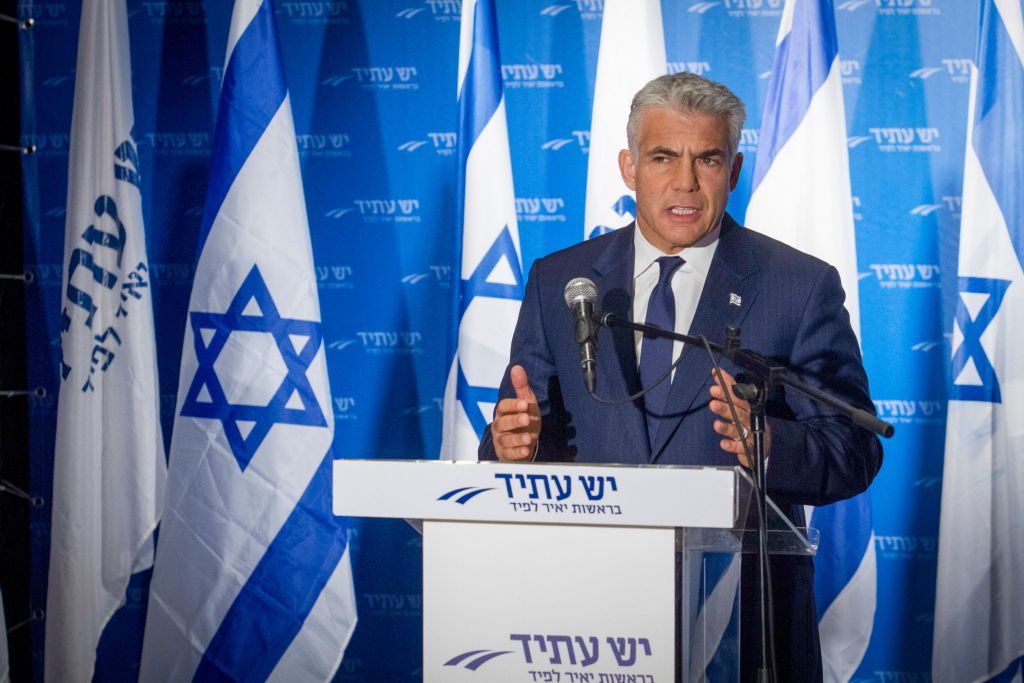 رئيس حزب يش عتيد، يئير لبيد، خلال مؤتمر صحفي في تل ابيب، 3 ابريل 2017 (Flash90)