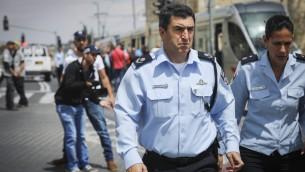 قائد شرطة القدس يورام هاليفي في ساحة هجوم طعن في القطار الخفيف في القدس، 14 ابريل 2017 (Yonatan Sindel/FLASH90)