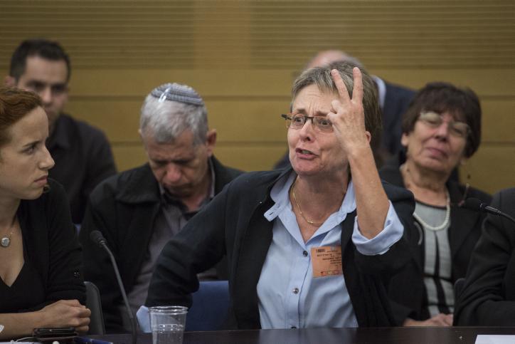 ليئا غولدين، والدة الجندي المقتول هدار غولدين، تتحدث خلال جلسة للجنة رقابة الدولة في البرلمان الإسرائيلي خلال نقاش حول عملية 'الجرف الصامد'، 19 أبريل، 2017. (Hadas Parush/Flash90)