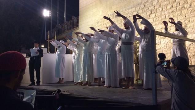 كهنة يهود يتلون نعمة الكهنوت التوراتية بعد بروفة تقديم أضحية عيد الفصح اليهودي، القدس، 6 أبريل، 2017. (Alexander Fulbright/Times of Israel Staff)