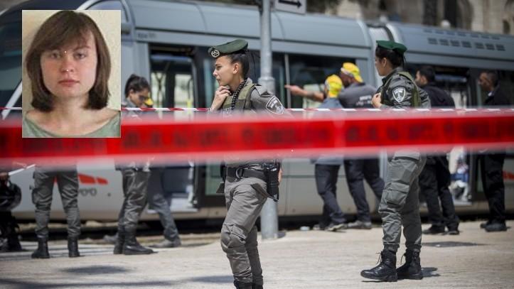 الشرطة في ساحة هجوم طعن في القطار الخفيف بالقدس، حيث قُتلت الطالبة البريطانية هانا بلادون، 14 ابريل 2017 (Yonatan Sindel/Flash90) صورة بلادون (Courtesy)