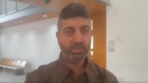 محمد عابد، الذي حُكم عليه بالسجن 7.5 سنوات لمساعدته توصيل معلومات لاسرى امنيين من حركة حماس، في المحكمة، 27 ابريل 2017 (screenshot: Channel 2)