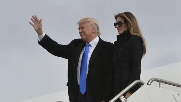 دونالد ترامب وزجته ميلانيا ينزلان من الطائرة بعد وصولها إلى قاعدة أندروز العسكرية في ماريلاند في 19 يناير، 2017. (AFP Photo/Mandel Ngan)