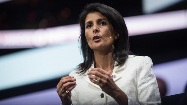 السفيرة الأمريكية لدى الأمم المتحدة نيكي هالي تلقي كلمة أمام مؤتمر لجنة الشؤون العامة الأمريكية الإسرائيلية (إيباك) في واشنطن، 27 مايو، 2017. (AFP/Nicholas Kamm)