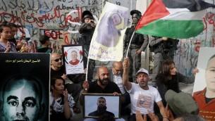 فلسطينيون يتظاهرون دعما للاسرى الفلسطينيين المضربين عن الطعام بجوار الجدار الامني في مدينة بيت لحم في الضفة الغربية، 26 ابريل 2017 (AFP Photo/Musa Al Shaer)