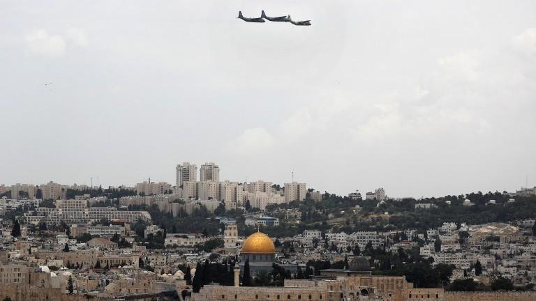 طائرة نقل اسرائيل من طراز C-130 تحلق فوق القدس خلال احتفال اسرائيل بيوم استقلالها ال69، 2 مايو 2017 (AFP Photo/Thomas Coex)