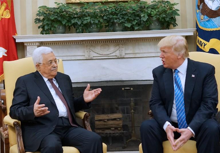 الرئيس الأمريكي دونالد ترامب يستقبل رئيس السلطة الفلسطينية محمود عباس في المكتب البيضاوي في البيت الابيض، 3 مايو 2017 (AFP/MANDEL NGAN)