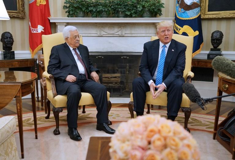 الرئيس الأمريكي دونالد ترامب يرحب برئيس السلطة الفلسطينية محمود عباس في المكتب البيضاوي في البيت الأبيض، واشنطن، 3 مايو، 2017. (AFP PHOTO / MANDEL NGAN)