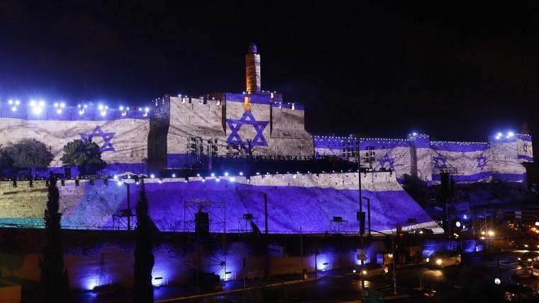 علم اسرائيل على جدران القدس القديمة في اسبوع الاحتفال بيوم القدس، 20 مايو 2017 (AFP Photo/Gali Tibbon)