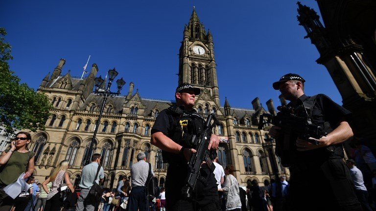 الشرطة تحرس امام مبنى البلدية في مانشستر، 26 مايو 2017 (AFP Photo/Ben Stansall)