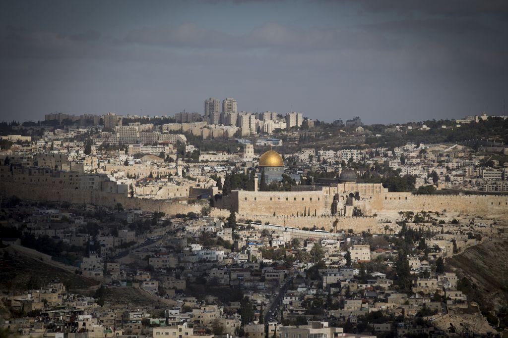 صورة للقدس تظهر البلدة القديمة مع الاجزاء الاجدد من المدينة في الخلفية، 9 يناير 2017 (Yonatan Sindel/Flash90)