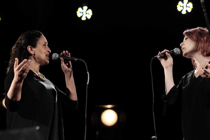 المغنيتين أحينوعام نيني (من اليسار) وميرا عوض خلال مراسم إحياء ذكرى ضحايا الصراع الإسرائيلي-الفلسطيني في تل أبيب، 30 أبريل، 2017، في اليوم الذي تحيي فيه إسرائيل يوم الذكرى للجنود القتلى، ( Tomer Neuberg/Flash9)