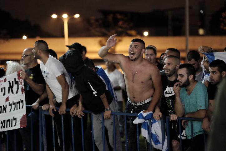 نشطاء من اليمين الإسرائيلي يتظاهرون خارج المراسم التذكارية لضحايا الصراع الإسرائيلي-الفلسطيني في تل أبيب، 30 أبريل، 20017، في اليوم الذي تحيي فيه إسرائيل يوم ذكرى القتلى من جنودها والمدنيين ضحايا الهجمات. (Tomer Neuberg/Flash90)