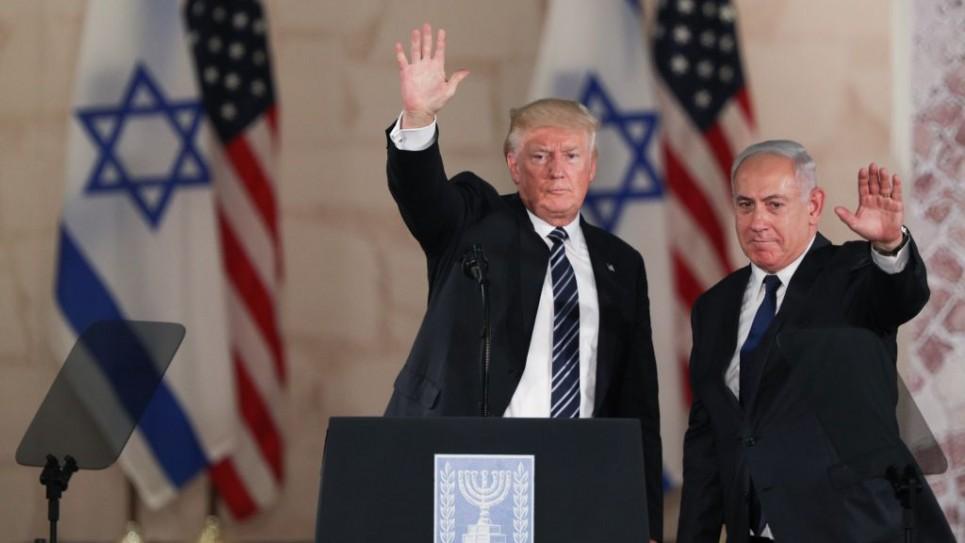 الرئيس الأمريكي دونالد ترامب (من اليسار) ورئيس الوزراء بينيامين نتنياهو يلوحان للجمهور بعد إلقائهما بتصريحات أخيرة في 'متحف إسرائيل' في القدس، 23 مايو، 2017.(Yonatan Sindel/Flash90)