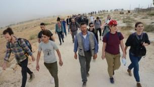 """يهود من انحاء العالم، برفقة اسرائيليين وفلسطينيين يتجهون نحو مخيم """"صمود"""" في تلال الخليل الجنوبية، 19 مايو 2017 (Gili Getz)"""