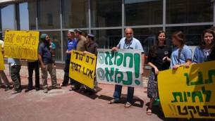 متظاهرون يمينيون يحملون لافتات امام محطة شرطة بنيامينا في الضفة الغربية، دعما لمستوطنين اعتقلتهما الشرطة لاطلاقهما النار على راشقي حجارة فلسطينيين (Courtesy)