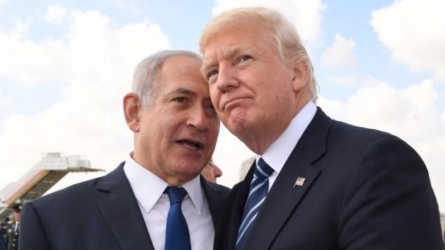 رئيس الوزراء الإسرائيلي بينيامين نتنياهو (من اليسار) والرئيس الأمريكي دونالد ترامب يتبادلان الحديث في مطار بن غوريون قبيل مغادرة الأخير لإسرائيل في 23 مايو، 2017. (Koby Gideon/GPO)