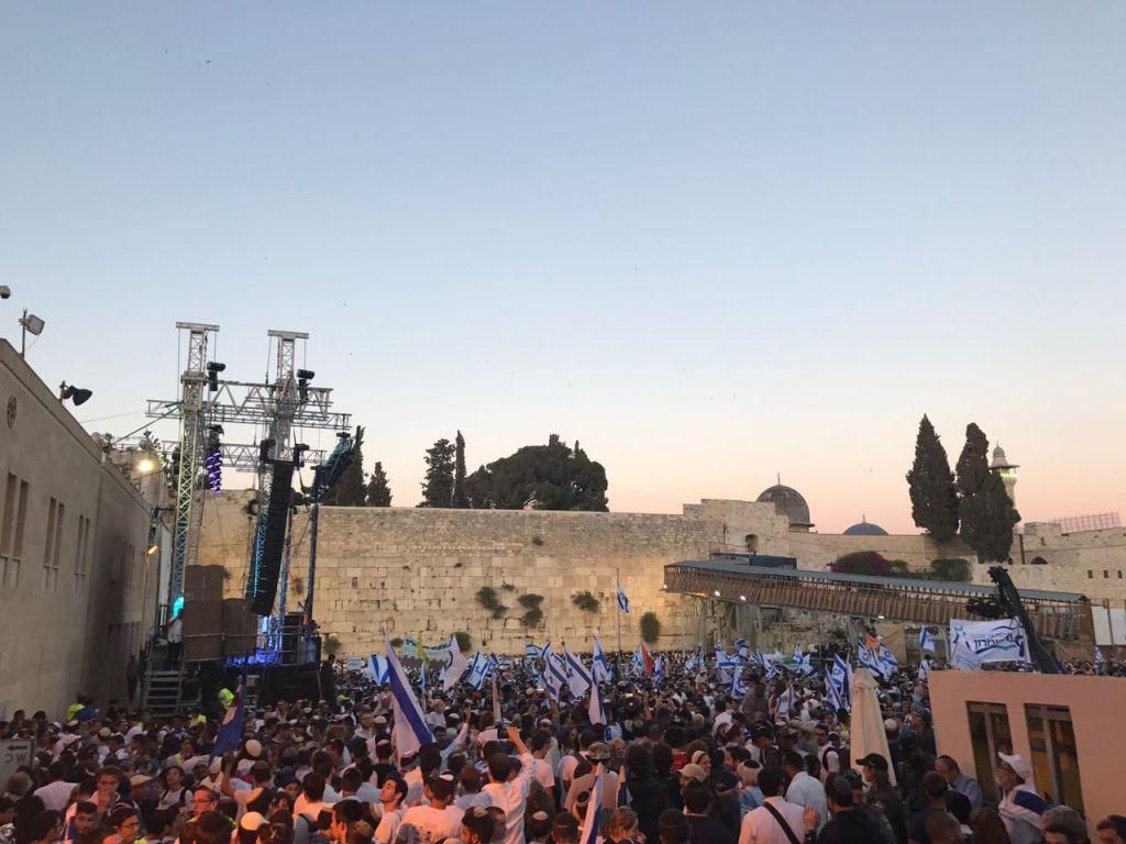 عشرات الاف الإسرائيليين في الحائط الغربي للاحتفال بيوم القدس، 24 مايو 2017 (Luke Tress/Times of Israel)