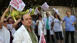 ليونيد ايدلمان خلال مظاهرة قبل اضراب الاطباء عام 2011 (Nati Shohat/Flash90)